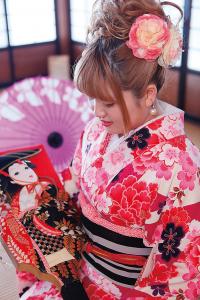 素敵な日本庭園の「烏潟会館」、桂城公園の「赤い太鼓橋」、「桜櫓館」。日本の伝統文化に触れ、着物姿でお茶をたしなんだり、雅な写真を記念にいかがですか。